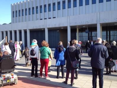 Gebedswake voor de hoofdingang (1) en het detentiecentrum (2)