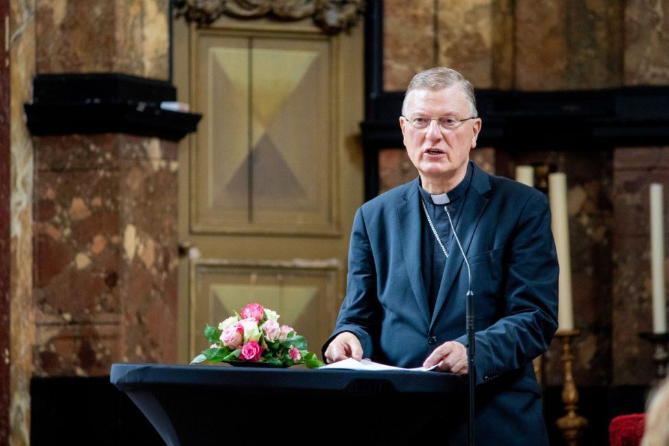 Mgr. Hendriks spreekt op Werelddag voor migranten.